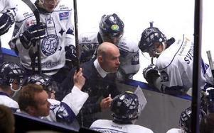 TAKTIKSNACK. Efter fjärde raka förlusten kan Leksand behöva se över spelet. Christer Olsson instruerar i båset.Foto: Johnny Fredborg
