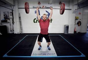 Efter blott två år som tyngdlyftare har Andreas Olsen redan två NM-bälten kring midjan. På måndag gör han sitt första SM.