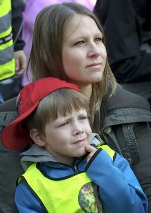 Spännande. Teo Westberg-Sörling i mamma Annelie Westbergs knä kollar in när dagiskompisarna uppträder.