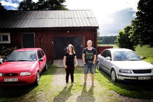 Den röda Forden är Wilmas och den silverfärgade Passaten är Jespers.