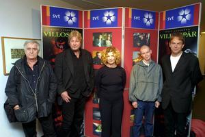 Rolf Lassgård var den första som gestaltade Kurt Wallander på film, vilket han gjord i bland annat Villospår 2001. Från vänster Henning Mankell, Rolf Lassgård, Siw Erixon, Henrik Persson och Leif Magnusson.