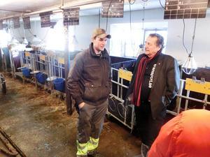 Jens Nilsson samlade intryck från Lennart Karlsson under rundvandringen bland mjölkkor och kalvar i Bölåsen.