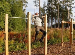 Börje Öberg testar redskapen i det nyligen färdigaställda utgymmet på Bergeforsens IP.