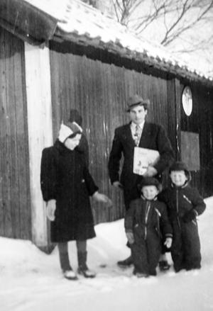 Familjen samlad i Sverige 1944, efter flykten över havet bort från kriget.