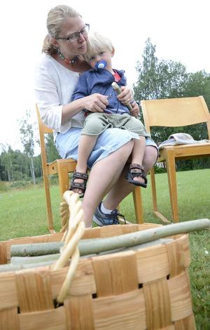 Charlotte Torgén visar sonen Linus hur man kan tälja.