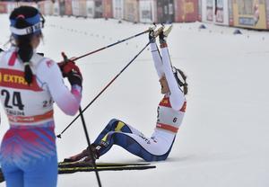 Stina Nilsson har precis fått segerbeskedet , 1/100 del före Maiken Kaspersen Falla.