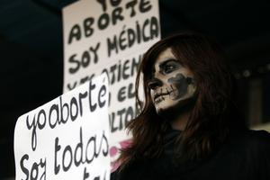 En kvinna demonsterar för aborträtt i Santiago i Chile.