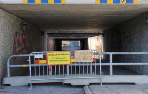 Gamla undergången är avstängd och det hänvisas istället till Wilhelminapassagen. Vägbanan repareras först när vårflödena i Myrbäcken (Lortbäcken) avtagit.