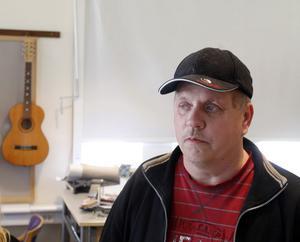 Musikläraren Kent Lindström har valt låtarna till showen, hits från 1930-talet och fram till i dag.