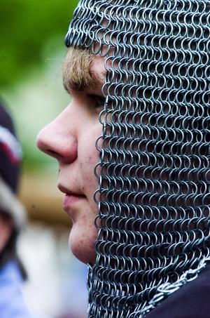 Tungt. Det gäller att ha en stark nacke om man ska gå omkring med en ringbrynehuva, det vet Simon Holm! Foto: Mikael Forslund