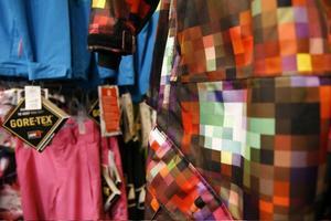 NeonfärgerDå Stadium är en butik som styrs centralt så väljer inte personalen ut vad som ska rymmas i affären berättar Anna Axell. Men eftersom Åre är en av tre butiker i landet som är så kallade Stadium Skistores så är utbudet av skidkläder stort och varierat.– De stora märkena satsar mycket på rosa i år och en tydlig trend är ju just de klara neonfärgerna som grönt, gult och rosa, säger Anna.Märken som Burton har färgexplosioner till testbildsmönstrade overaller för den som vill sticka ut och för de som vill vara mer diskreta har man mycket rutmönstrat och enkelfärgat.