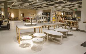 Den öppna ytan på vardagsrumsavdelningen har bytt skepnad. Här är borden samlade på ett ställe. Kunden kan gå och hämta ett bord och kombinera med olika soffor och fåtöljer.