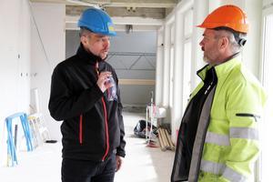 Kommunens fastighetsstrateg David Persson och Ängabyggens platschef Thomas Wiklund hinner samtala en stund här i den nya kafédelen. Till vänster kommer det att bli en disk.