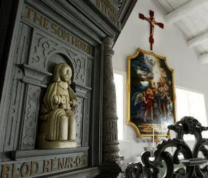 Interiör från Skeppshamns kapell där tre stölder ägt rum varav den senaste i fjol. Krucifixet som hänger i kapellet idag är en kopia av det stulna, nu återfunna krucifixet.