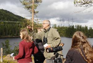 Jan Lindström, från Medelpads ornitologiska förening visar eleverna hur frågeslingan går.