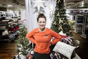 Varuhuschefen på Åhléns i Östersund Veronica Alfredsson har sju extra timanställda för att klara julhandeln.