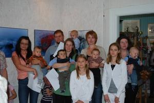 Barnen Lukas Brink, Freddy Byström, Jonatan Alanko, Gustin Norling och Bastian Sjöwill syns tillsammans med sina föräldrar och syskon.  Foto: Eva Strömberg