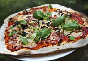 Vetesurdeg som mjölas lite mer och kavlas tunt ger galet goda pizzor.