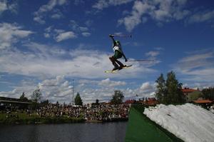 Hopp i ån. Right Bay Locals hoppar i hoppet i Enån. Foto:xx