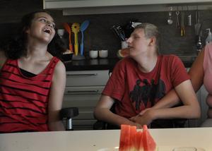 Melina Thiele och Viktor Magnusson behöver en fungerande färdtjänst för att kunna leva ett spontant liv och ta sig runt till aktiviteter och vänner.