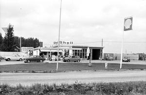 Ända sedan 1959 har det funnits en bensinmack i Odensbacken. Olle Lilja var förste ägaren. Bilden tagen någon gång på sjuttiotalet när det var en Shellstation med verkstad och allt som hörde till en bensinstation. BILDKÄLLA: ÖREBRO STADSARKIV