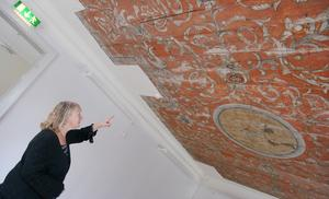 Eva Lutteman berättar om taket som tagits tillvara och flyttats från Blombergska gården. Lokalen planeras bli studielokal för forskare och skolelever.