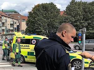 Polisen talade med vittnen medan ambulanspersonalen tog hand om den påkörda flickan. Bakomvarande privatbilar som syns på bilden från olycksplatsen var inte inblandade i olyckan.