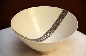 Börje Skohg arbetade snabbt med penseln över skålens tunna former