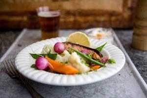 Varmrökt lax är en vardagsräddare av rang. Här med smörslungade ångkokta grönsaker.   Foto: Christine Olsson/TT