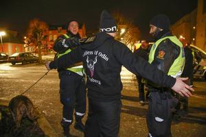 En medlem i en av Soldiers of Odins norska avdelningar kontrolleras av polisen. Arkivbild.