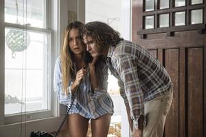 Joaquin Phoenix spelar Doc Sportello och Katherine Waterston spelar hans ex-tjej Shasta Fay Hepworth i