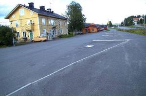 Resecentret vid järnvägsstationen i Järpen byggdes för några år sedan och kostade miljonbelopp i allmänna medel. Nu står det öde – centret har flyttats till skolan och bussarna stannar inte ens här längre. Foto: Elisabet Rydell-Janson