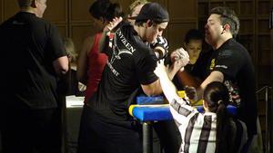 17-åriga Robin Malmling, till vänster på bilden, blev tvåa i en av Sveriges största armbrytartävlingarFoto: Privat