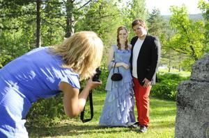 Under minglet var det många som ville fotografera sina ungdomar. Här blir Linda Jonsson fotograferad med kompisen Jerry Fredlund. Jerrys mamma Gunilla Eriksson håller i kameran.