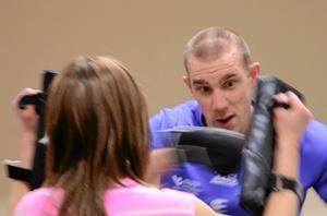 Boxträning är inspirerad av olika kampsporter. Christoffer Edman jobbar hårt.
