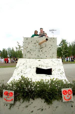 Jesper Lindkvist och Henrik Jonasson var soldater och hade byggt en stridsvagn till karnevalen. Foto: Jonas Ottosson