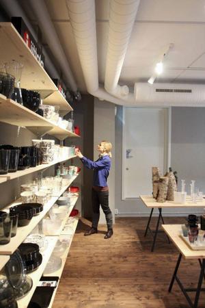 Kök, sov och bad. Det är sortimentet i den nya butiken Nivå som snart öppnar i Åre. Här ser vi Lovisa Enå när hon ställer iordning den stora butiken.