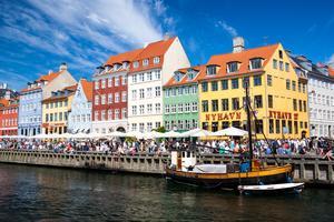 Njut av Köpenhamns vackra miljöer och goda mat.