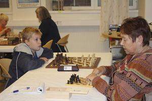 koncentration. Gun-Britt Johansson mötte 12-årige Erik Nilsson från Uppsala i den första matchen. Trots sin ungdom har han redan spelat i sex år.