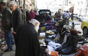 Loppmarknaderna på Ermou är välbesökta under främst förmiddagarna.   Foto: Mikael Nilsson