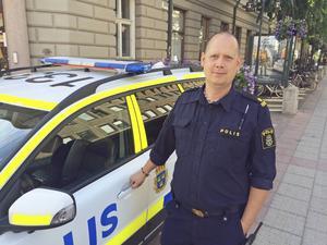Andreas Dahlbom säger att polisen successivt försöker minska trycket genom att lägga ut mer tider.