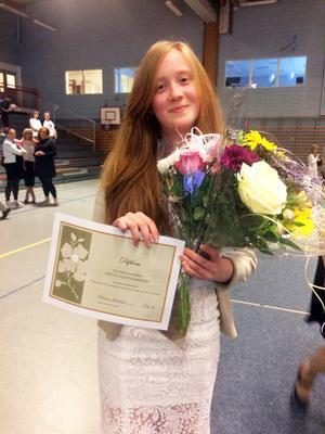 Adéle på avslutningsdagen, med sitt diplom för bästa meritvärde på Risbroskolan. Foto: Privat