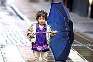 Foto: ANDREAS BARDELL Regnpromenad. Kawher Alkabi var nöjd med att ha fått låna ett stort paraply av sin pappa.