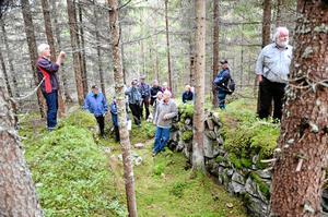 Grevens fäbod. Ett besök vid Grevens fäbod ingick i utflykten. Här låg förmodligen ladugården, förklarar Håkan Mossberg.