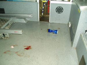 I ambulansen fanns blodfläckar, en kanyl, ölburkar och en tom gasbehållare. Dagskiftet fick göra en storstädning för att få ambulansen i skick igen.Foto: Landstinget