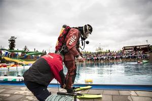 Den årliga livräddaruppvisningen för årskurs 2 och årskurs 3, på Lugnets friluftsbad. Personal från Räddningsdykarna Dala mitt deltog i uppvisningen.