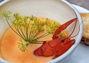 Kräftsoppan serveras med rostat bröd och skalade kräftstjärtar. Den som vill garnerar med hel kräfta och krondill.    Foto: Dan Strandqvist