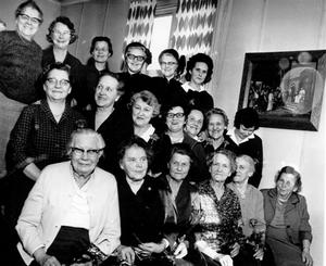 FIRAR 25 ÅR. Bilden är tagen 10 mars 1969. Hemförbundet                   i Ockelbo firar sitt 25-årsjubileum. Känner du igen någon av kvinnorna?