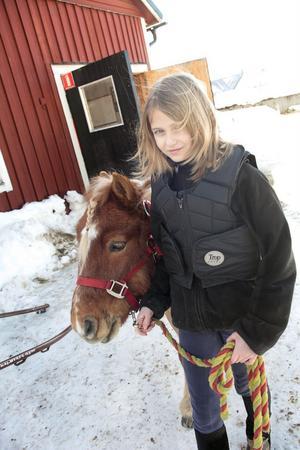 Elin Skoglund leder ut Villiam till hagen efter förmiddagens körskola på Hagmyren.