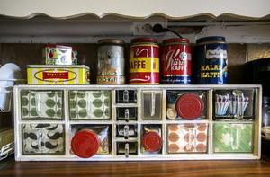 Kryddhyllan har skrapats och målats och plastlådorna byts undan för undan ut mot glas.